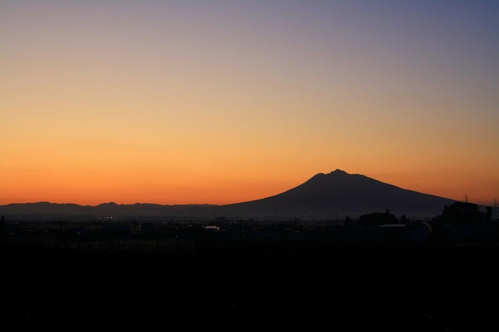 夕暮れの岩木山
