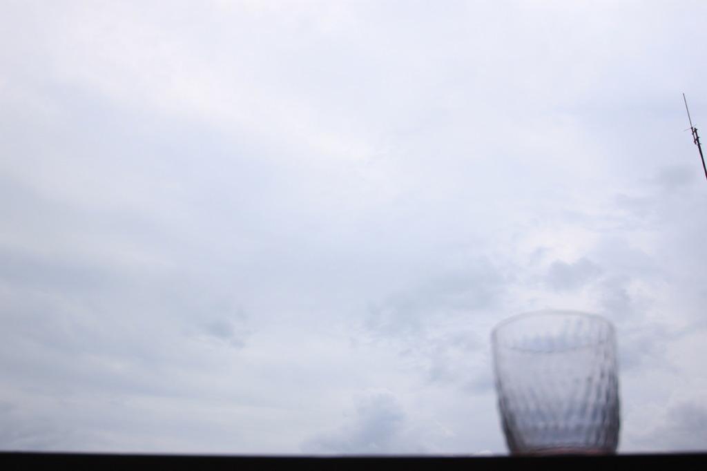 コップと曇り空。