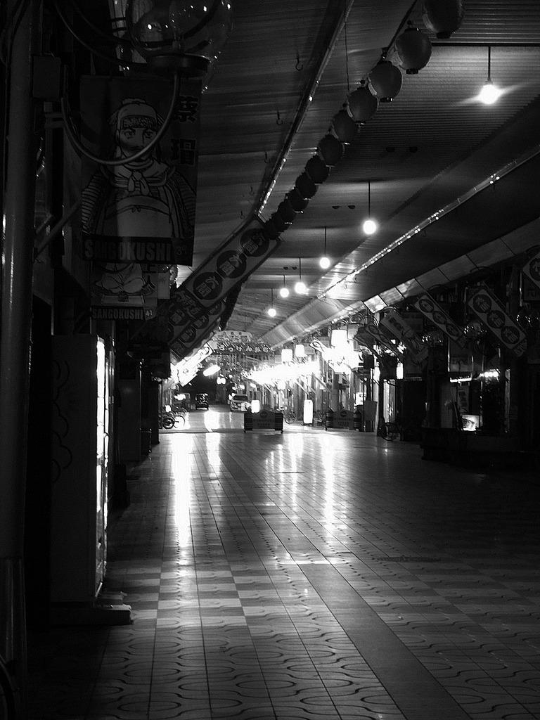 夜の六軒道商店街