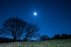 小さな丘の月