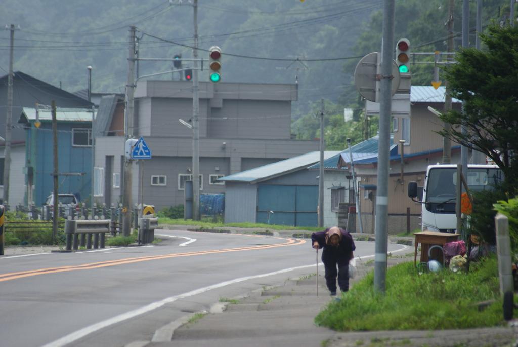 北海道。とある漁村の道