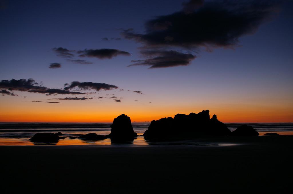 夜明けを待つ海