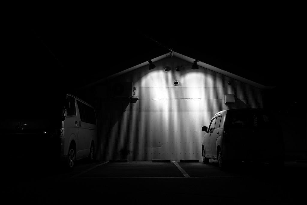 静かな夜の駐車場
