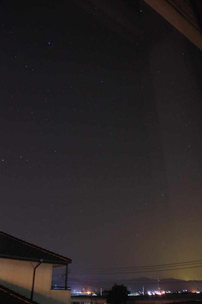 窓より秋の星空をみつめる