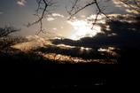 雲の中で待機する夕日