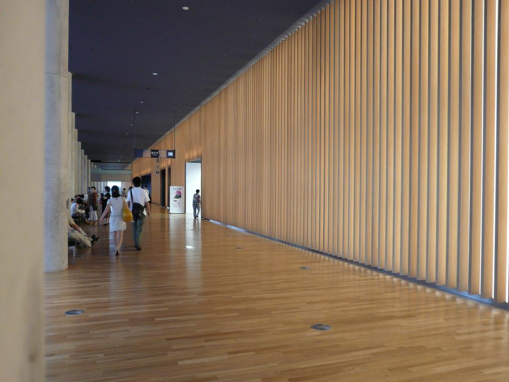国立新美術館の光りかべ