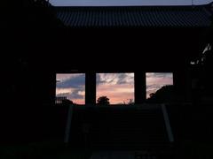 夕暮れの山門