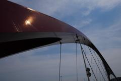 アーチ橋に熱波の太陽