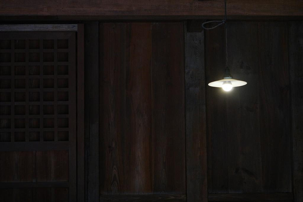 傘付き電灯のある室内