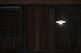 傘付き電灯の室内
