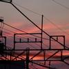 架線の向こうは夕焼けの空