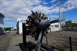 街道沿いに展示された星形発動機