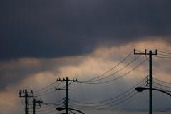 怪しげな空と電柱のシルエット