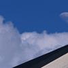 屋根の上に昼の月