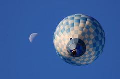 月と気球と青空と