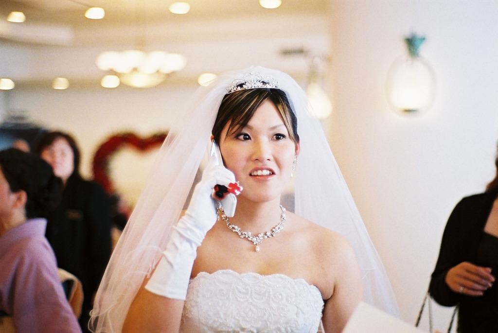 花嫁は電話中