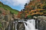 緑の山赤い山と滝