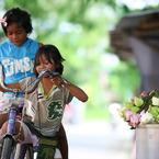 CANON Canon EOS 350D DIGITALで撮影した(花売りの子供。)の写真(画像)