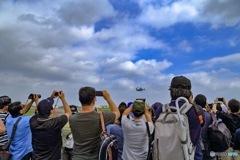 オスプレイのデモ飛行とカメラマン