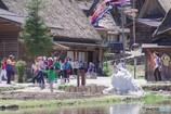 残雪と観光客と鯉のぼり