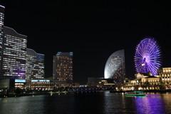 パシフィコ横浜と紫に光る観覧車