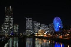みなとみらいのビルと青く光る観覧車