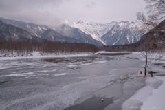 氷った大正池