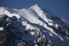 初冬の笠ヶ岳、躍動する雪面