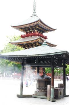 線香の煙と三重塔