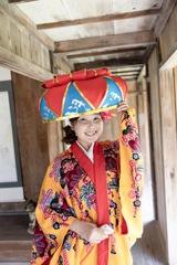 琉球衣装と笑顔とスマホ