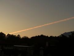 赤く染まる飛行機雲