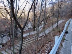 道路から見た湯川と遊歩道