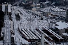 操車場の冠雪を見る