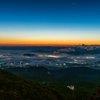 光と色が刻々と変化する「霧夜景」