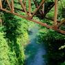 朽ちた鉄橋下の川