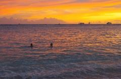 こんな常夏の夕焼けの中で泳いでみたい