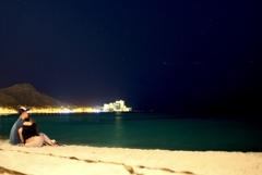 静かな夜の海で