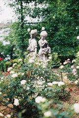 男女の石像