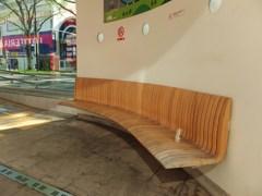 市電停車場のベンチ