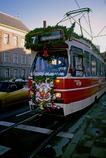 サンタクロースを飾ったトラム