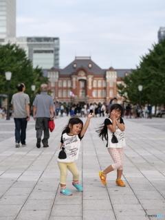日本の中心ではしゃぐ田舎娘たち