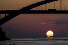 瀬戸の夕焼け しまなみ海道 沈み行く太陽と浮かぶ島