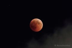 赤い月と雲と星