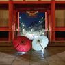 八坂神社2 四条通に和傘を添えて