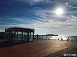 渚のデッキを照らす太陽