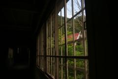 窓辺より駅舎を望む