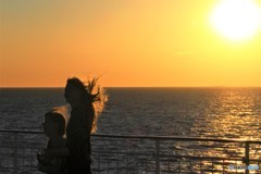 長い夕陽に輝く (バルト海クルーズにて 1)