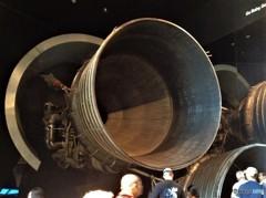 月へとつながる丸い壁 (スミソニアン 航空宇宙博物館の壁 1)