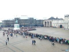 衛兵交代を待つ観光客 (コペンハーゲンの宮殿)