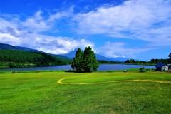 高原の碧空!白い雲!緑の芝生!